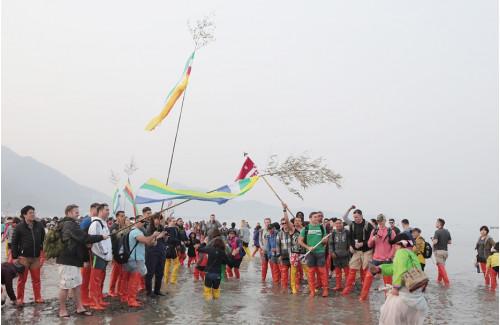 """Lễ Hội Đi Bộ Qua Biển Và Còn Đường Tách Đôi Biển """"Kỳ Bí"""" Ở Hàn Quốc"""