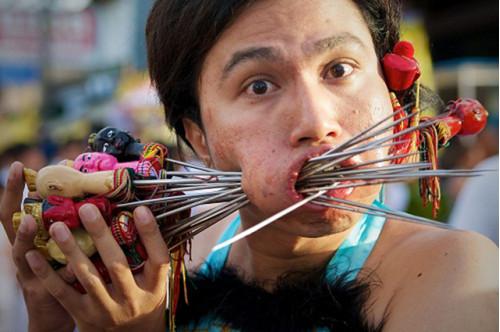 """Kinh ngạc với những lễ hội ăn chay """"khác người"""" tại Thái Lan"""